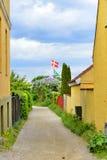 Bandera y casas danesas imagen de archivo libre de regalías
