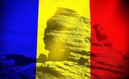 Bandera y esfinge rumanas Foto de archivo libre de regalías