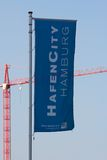 Bandera y grúa de Hamburgo HafenCity Imagen de archivo libre de regalías