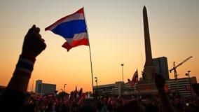 Bandera y manos tailandesas en el monumento de la victoria Foto de archivo