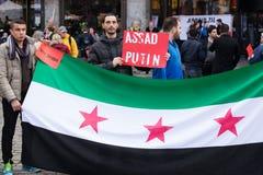 Bandera y muestras de la protesta de Siria Fotografía de archivo