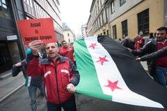 Bandera y muestras de la protesta de Siria Imagenes de archivo