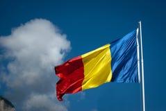 Bandera y nubes rumanas Fotos de archivo libres de regalías