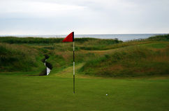 Bandera y pelota de golf Fotografía de archivo libre de regalías