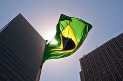 Bandera y rascacielos brasileños foto de archivo