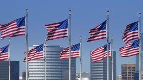 Banderas americanas de la cámara lenta con el horizonte de Arlington metrajes