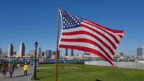 Banderas americanas de la cámara lenta en parque centenario en la isla de Coronado almacen de video