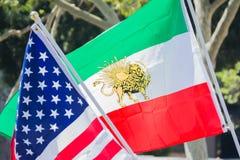 Banderas americanas e iraníes en el festival de Norooz y el PA persa Imagenes de archivo
