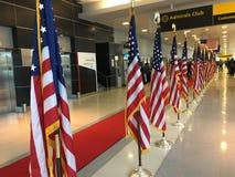 Banderas americanas en el aeropuerto de JFK Foto de archivo libre de regalías