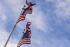 Banderas americanas en el cielo foto de archivo libre de regalías