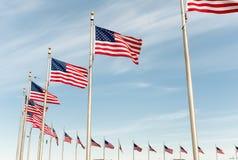 Banderas americanas en el cielo azul Foto de archivo libre de regalías