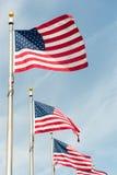 Banderas americanas en el cielo azul Fotos de archivo libres de regalías