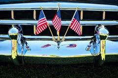 Banderas americanas en el coche Front Grill de Chrome imagen de archivo