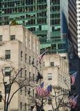 Banderas americanas en el edificiodel theque agita en el viento en Manhattan Foto de archivo