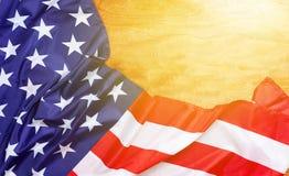 Banderas americanas en el viejo fondo de madera, espacio de la copia para su texto fotografía de archivo