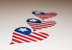 Banderas americanas en forma de coraz?n Icono del amor de las banderas americanas In memoriam del 4 de julio con las banderas pat fotos de archivo