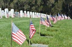 Banderas americanas en Gravesite en Memorial Day Fotos de archivo