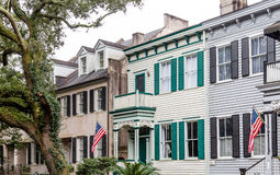 Banderas americanas en hogares meridionales tradicionales Fotografía de archivo libre de regalías