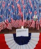 343 banderas americanas en la memoria de los bomberos de FDNY que perdieron su vida el 11 de septiembre de 2001 Foto de archivo