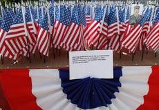 343 banderas americanas en la memoria de los bomberos de FDNY que perdieron su vida el 11 de septiembre de 2001 Imagen de archivo libre de regalías