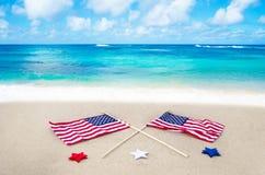 Banderas americanas en la playa Imágenes de archivo libres de regalías