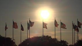 Banderas americanas en la puesta del sol, Estados Unidos, 4tos de julio metrajes