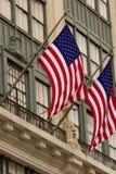 Banderas americanas que cuelgan de los grandes almacenes, Manhattan Fotografía de archivo