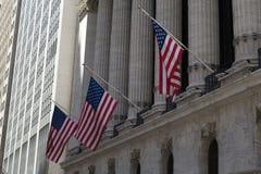 Banderas americanas y bolsa de acción Fotos de archivo libres de regalías