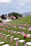 Banderas americanas y lápidas mortuorias en el cementerio nacional de Estados Unidos Imagen de archivo