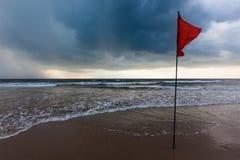 Banderas amonestadoras de la tormenta en la playa Baga, Goa, la India Fotos de archivo