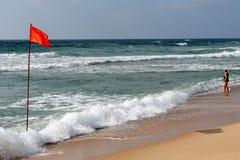 Banderas amonestadoras rojas en agua poco profunda Imagenes de archivo