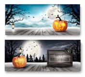 Banderas asustadizas de Halloween con las calabazas y la muestra de madera Foto de archivo