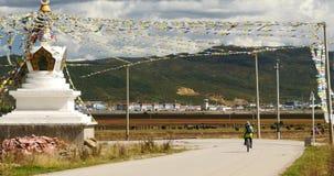 banderas blancas budistas del rezo del stupa 4k y del vuelo en el shangrila Yunnan, China almacen de video