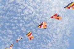 Banderas budistas coloridas del rezo contra el cielo de la nube de Altocumulus Foto de archivo