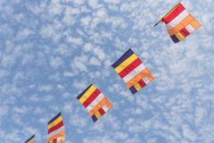 Banderas budistas coloridas del rezo contra el cielo de la nube de Altocumulus Imagen de archivo