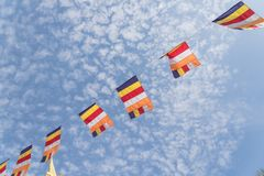 Banderas budistas coloridas del rezo contra el cielo de la nube de Altocumulus Imagenes de archivo