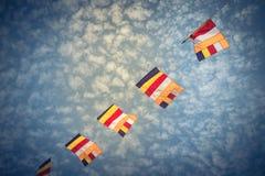 Banderas budistas coloridas del rezo contra el cielo de la nube de Altocumulus Fotografía de archivo libre de regalías
