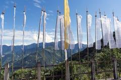 Banderas budistas del rezo con el fondo de los moutains - Bhután Foto de archivo