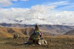 Banderas budistas tibetanas del rezo en un stupa Imagen de archivo libre de regalías