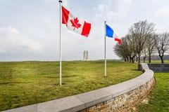Banderas canadienses y francesas que vuelan delante del monumento nacional canadiense de Vimy cerca del Arras, Francia fotos de archivo