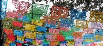 Banderas celebradoras de la decoración de papel mexicana tradicional del empavesado