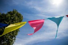 Banderas coloreadas brillantes contra el cielo Imagenes de archivo
