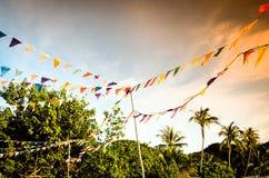 Banderas coloreadas que cuelgan en la playa tropical imagen de archivo libre de regalías