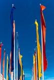 Banderas coloridas contra el cielo azul Fotos de archivo
