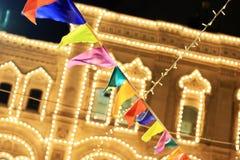 Banderas coloridas de la decoración de la Navidad y guirnalda ligera Imágenes de archivo libres de regalías