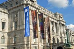 Banderas coloridas en brisa en la Biblioteca del Congreso Imagen de archivo libre de regalías