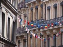 Banderas coloridas en la ciudad vieja de Toulouse Foto de archivo libre de regalías