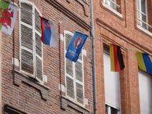 Banderas coloridas en la ciudad vieja de Toulouse Foto de archivo
