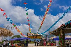Banderas coloridas en la entrada al sta del teleférico de la leyenda de Fansipan Imagen de archivo libre de regalías