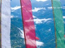 Banderas coloridas grandes del rezo en el capitol antiguo Rabdentse de Sikkims Imágenes de archivo libres de regalías